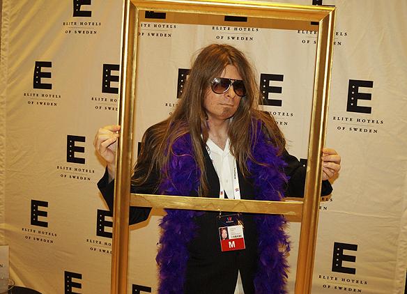 Så här kan du också komma klädd till Melodifestivalens efterfest. - Vad vore Melodifestivalens efterfest utan en blå boa runt halsen, coola glasögon och positiva vibbar, säger Peter Ahlborg. Här en bild på Ahlborg från Elite Park Avenue 4 februari 2017.