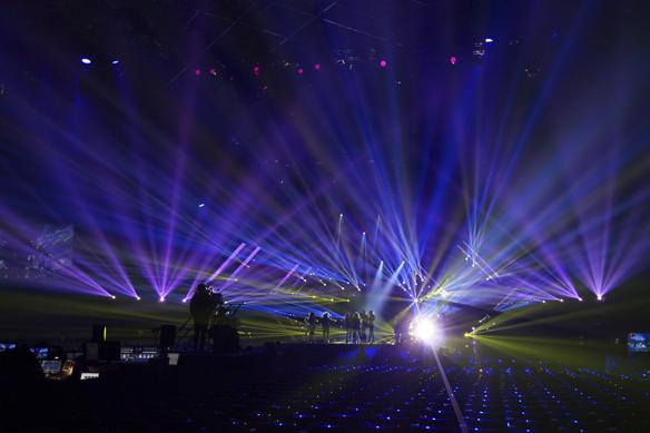 Årets ljusanläggning är den mest storslagna och djupaste i den svenska Melodifestivalhistorien. Den är gigantisk och väger 14.5 ton. Foto: Peter Ahlborg