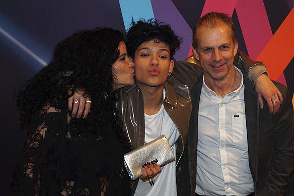 Mamma Wilnur var så stolt över sin son Omar Rudberg, efter att han och sitt band FO&O gått till final i Melodifestivalen 2017, att Omar fick en puss på kinden av sin mamma Wilnur. Foto: Peter Ahlborg