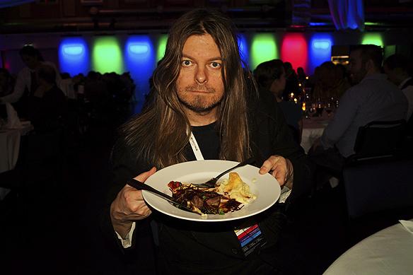 Peter Ahlborg smakar på den goda maten som det bjöds på.