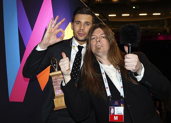 """""""Jag bara skrek wow av lycka, och fick sprida glädje tillsammans med mitt team, alla låtskrivare och dansare. Det var en sjukt häftig upplevelse"""", säger Robin Bengtsson till Peter Ahlborg strax efter att han hade vunnit Melodifestivalen 2017 med låten """"I Can´t Go On""""."""