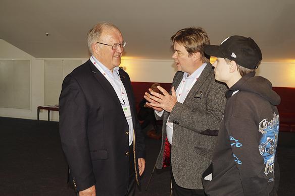 Många människor var intresserade av att prata med Göran Persson under Socialdemokraternas partikongress. Foto: Peter Ahlborg