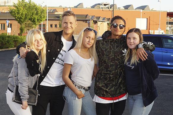 Samir & Viktor ställer upp för sina fans. Här en gruppbild tillsammans med tonårstjejer, efter att Samir & Viktor uppträtt i Bingolotto 21 maj 2017. Foto: Peter Ahlborg