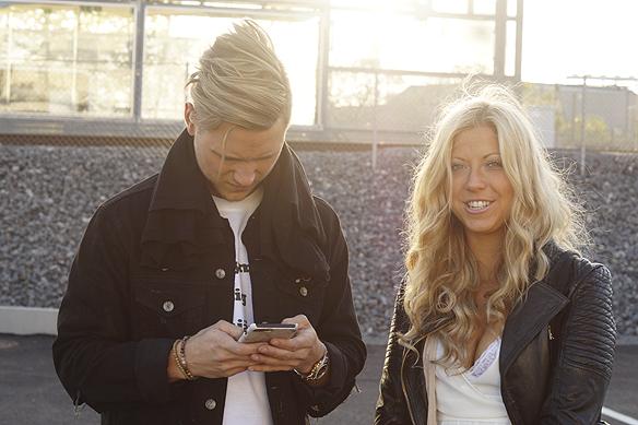En vacker bild tagen i motljus på Sigrid Bernson och Viktor Frisk, efter att Samir & Viktor uppträtt i Bingolotto i Göteborg den 21 maj 2017. Foto: Peter Ahlborg