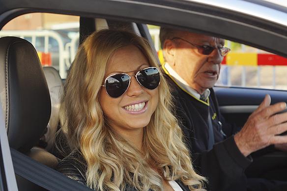 """En glad Sigrid Bernson vevar ner fönsterrutan för att undertecknad ska få en bra bild. Bak i taxin sitter Samir & Viktor som precis innan gjort succé i Bingolotto när de framförde låten Kung. """"Tack för att du bjöd på dig själv så mycket Sigrid"""", säger Peter Ahlborg. Foto: Peter Ahlborg"""