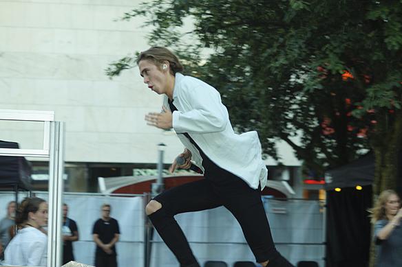 Felix Sandman springer in på scenen i full fart när han tar scenen i besittning i Borås under supertorsdagarna den 20 juli 2017. Foto: Peter Ahlborg