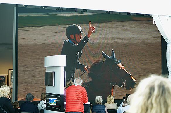 Peder Fredricson vinner EM i Longines 2017 och sträcker upp pekfingret. Peter Ahlborg och Charlie bevakar finalen på Hedens stora bildskärm TV. Foto: Peter Ahlborg