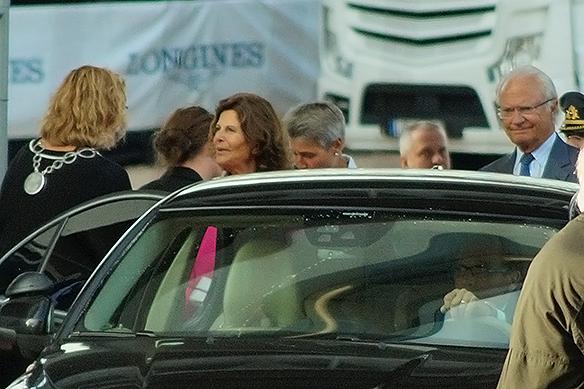 Kungaparet lämnar Ullevi och Longines hoppfinal, söndagen den 27 augusti, glada i hågen, då Peder Fredriksson tog hem guldet i EM i Longines. Foto: Peter Ahlborg
