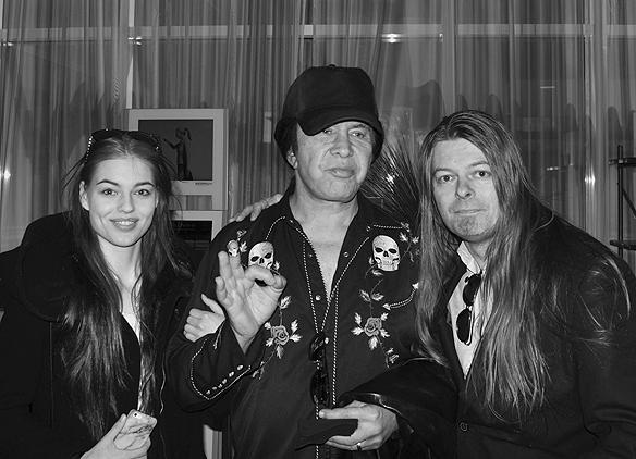 Peter Ahlborg och hans dotter Josefine Ahlborg träffar Gene Simmons som ställer upp på bilder och en pratstund på Gothia Hotel i Göteborg den 12 maj 2017. När Gene Simmons ser att min dotter vill vara med på bild erbjuder han henne armkrok. Foto: Alexander.