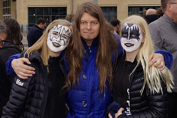 Yes, du gissar rätt. Peter Ahlborg älskar rockgruppen Kiss. Här poserar han med två kvinnliga fans som har sminkat sig som Kiss inför Kiss konsert på Scandinavium den 10 maj 2017. Foto: Alexander.