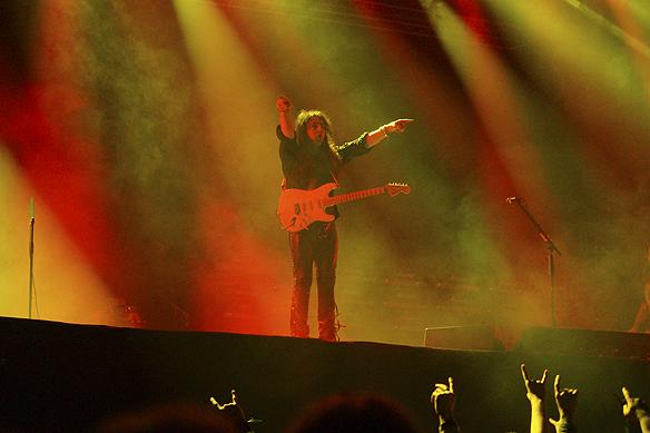 """""""Gud"""" Yngwie Malmsteen uppträder under Skogsröjet 2017. Han bevisar att han är en av de främsta gitarristerna i världen, och den enda """"riktiga"""" rockstjärnan i Sverige. Foto: Peter Ahlborg"""