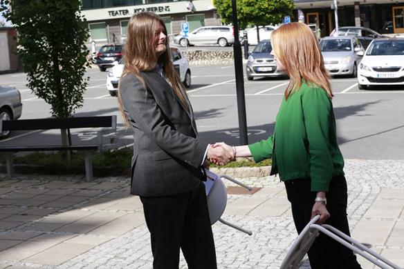 Nu kan du läsa hela intervjun på fyra sidor, som Faktum försäljaren och reportern Peter Ahlborg gjorde med Centerpartiets ordförande Annie Lööf. Foto: Mario Prhat