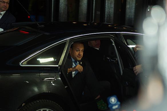 Irlands regeringschef Leo Varadkar på väg att kliva ur bilen till det väntade EU-toppmötet i Göteborg den 17 november 2017. Foto: Peter Ahlborg