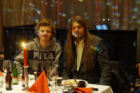 Peter Ahlborg och hans vän Charlie Källberg njuter av den goda maten och den härliga julstämningen på Clarion Post.