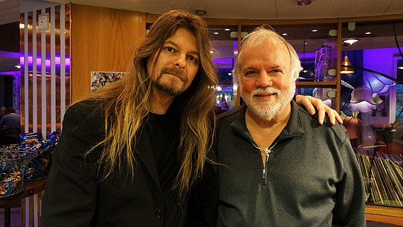 Peter Ahlborg träffar Charles Stone, Elvis turné manager mellan åren 1970-1977 i Uppsala 2015. Foto Carina Ekman.