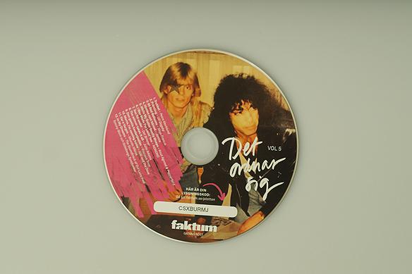 """Tittar du närmare på Faktum-plattans vol 5 - CD skivan upptäcker du en bild på Peter Ahlborg och Kiss-medlemmen Paul Stanley. Det är en bild från när Peter träffade sina idoler i rockgruppen Kiss 1988. """"Det var min då lyckligaste dag i mitt liv"""", säger Peter Ahlborg. Foto: Avfotografering av omslaget: Peter Ahlborg"""