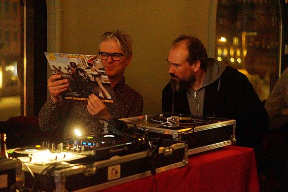 Faktums Art director Håkan Sandsjö är DJ under kvällen. Här diskuterar han låtar med Faktum-försäljaren Bernard. Foto: Peter Ahlborg.