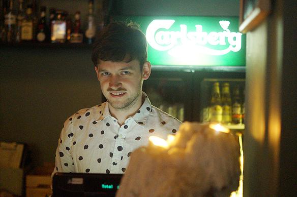 Trevlig bartender på Pustervik. Foto: Peter Ahlborg