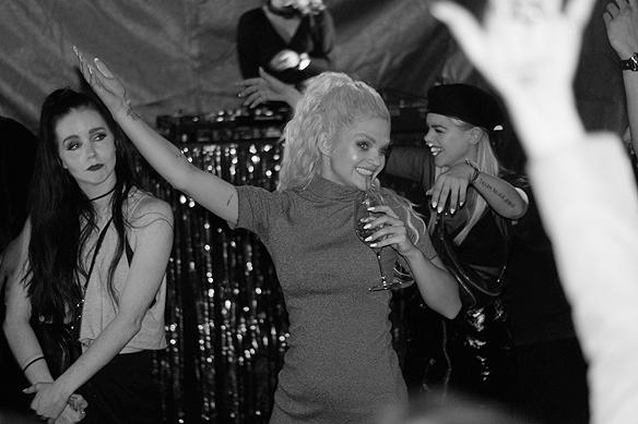 """Artisten Margaret firar med en dans och en drink att hon gått vidare till andra chansen i Melodifestivalen från Göteborg med sin låt """"In My Cabana"""". Foto: Peter Ahlborg"""