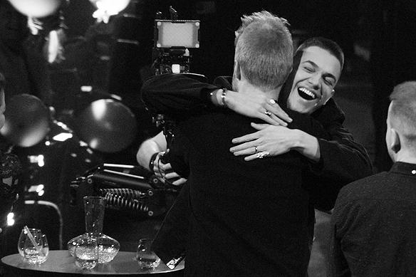 Sekunderna efter att LIAMOO får reda på att han gått till final i Melodifestivalen utbryter ett stort kram kalas. Foto: Peter Ahlborg