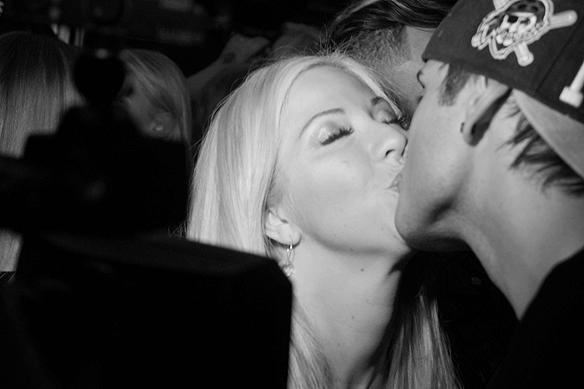 Det var mycket kärlek på Mellos efterfest i Göteborg. Här kysser Samir Badran och Sigrid Bernson varandra. Foto: Peter Ahlborg