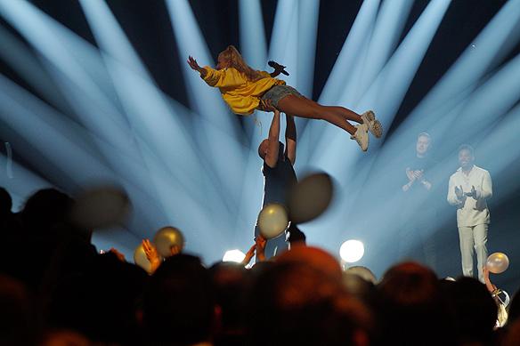 """Sigrid Bernson genomför """"dödslyftet"""" på scenen i sitt tävlingsbidrag """"Patrick Swayze"""". Efter att hon gått vidare till andra chansen föreslår undertecknad att döpa om """"dödslyftet"""" till """"vinnarlyftet"""". """"Ja, det tycker jag vi gör"""", säger en sprillans glad Sigrid Bernson. Foto: Peter Ahlborg"""