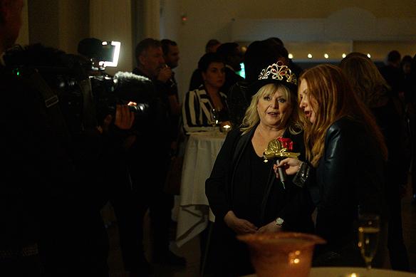 Kikki Danielsson ställer upp för en intervju med Barnkanalen på kommunens mingel fest den 1 februari. Foto: Peter Ahlborg