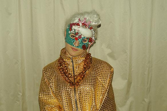 Den färgstarka artisten Kamferdrops ställer upp i Melodifestivalen i Karlstad. Titta noga så ser du att det är en råtta avbildad i hennes scen-mask vid hennes panna! Foto: Peter Ahlborg