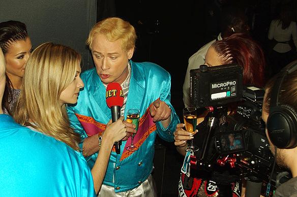 Robert Gustafsson från Rolandz gör en intervju strax efter att han har anländer till Melodifestivalens efterfest. Foto: Peter Ahlborg