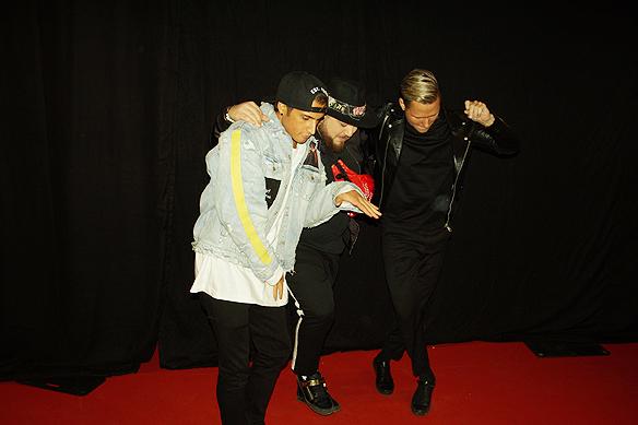 Samir & Viktor och DJ, musikern Anis don Demina, är glada i vågen när de anländer till Melodifestivalens efterfest. Här dansar de och har kul. Foto: Peter Ahlborg