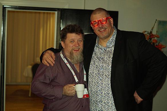 Fotografen Christer med blinkande glasögon småpratar här med den erfarna Melodifestival-journalisten Göran Sagstuen. Foto: Peter Ahlborg