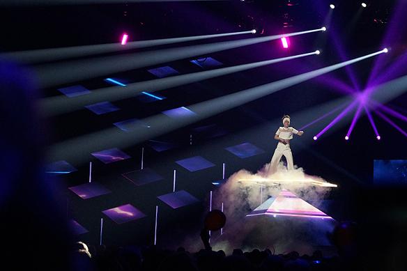 Mariette sjunger från en plattform över en pyramid i Melodifestivalen 2018. Och självklart så ingår tung rök som en effekt. Foto: Peter Ahlborg