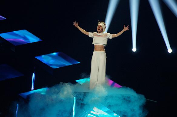 Mariettes nummer innehåller rök i Melodifestivalen. Foto: Peter Ahlborg