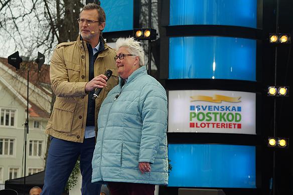 Marie Dahlin kommunalråd i Vänersborg är glad över att så många människor blev rika i Vargön och att Poskodlotteriet kom till Vänersborg den 15 april 2018. Här samtalar hon med programledaren Rickard Sjöberg. Foto Peter Ahlborg