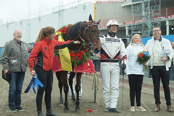 Hästen Ultra Bright här tillsammans med kusken Fredrik Persson Foto: Peter Ahlborg