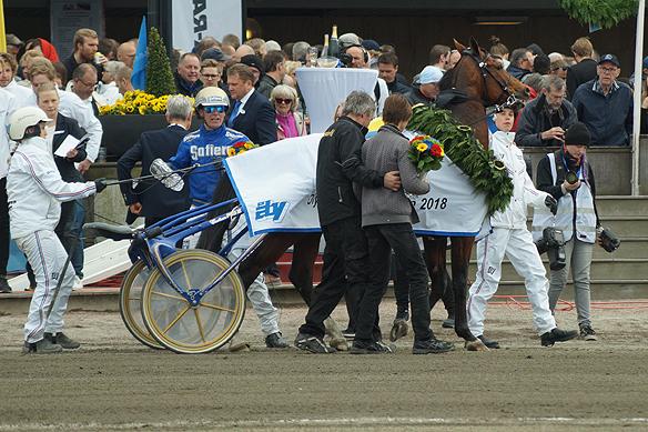 Björn Goop vann Olympiastayern över 3160 meter. Han vann med hästen Heartbreaker V.S.. Olympiastayern kördes den 28 april 2018 på Åbytravet. Foto: Peter Ahlborg