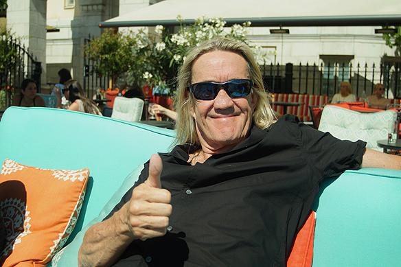 Nicko Mcbrain gör tummen upp. Här en bild på Iron Maidens trummis Nicko Mcbrain som alltid har älskat Sverige och som har enormt många trogna Iron Maiden fans. Foto: Peter Ahlborg