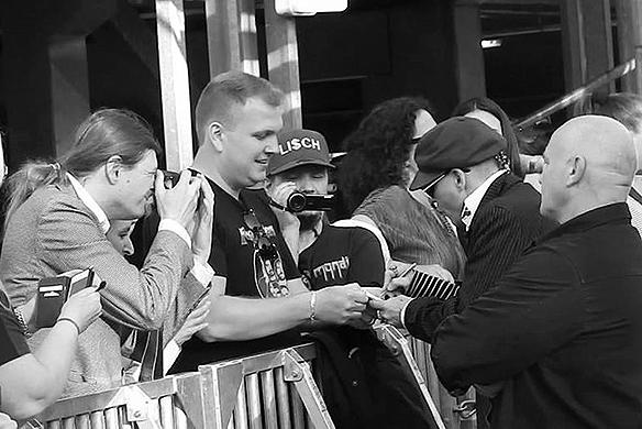 Peter Ahlborg fotograferar superstjärnan Johnny Depp i Göteborg den 6 juni 2018. Skärmdump från Charlie Källbergs film. Foto: Charlie Källberg
