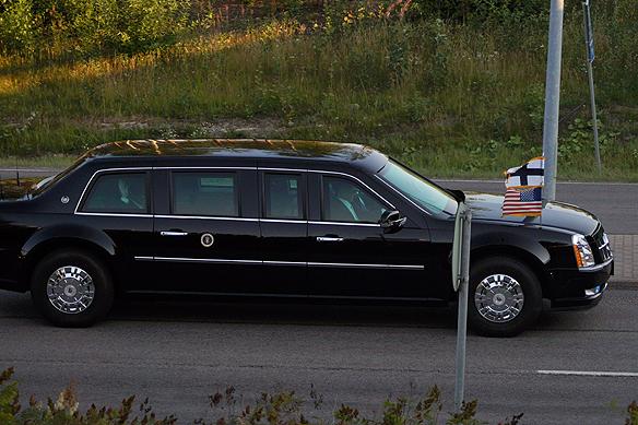 Donald Trump färdas i bilkaravan till flygplatsen i Helsingfors och Peter Ahlborg bevakar här presidentens sista timme i Finland. Tittar du noga så vinkar Donald Trump till oss som stod utanför och följde hans färd till flygplatsen. Foto: Peter Ahlborg