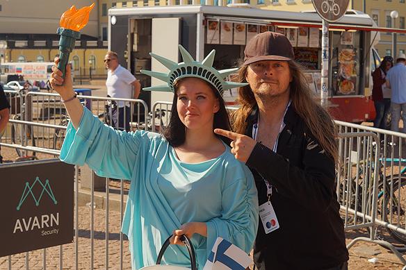 Peter Ahlborg tillsammans med en Finsk kvinna som är utklädd till The Liberty-statyn (Frihetsgudinnan) och som älskar USA. Hon har förberett sig 2 månader för besöket och utformning av denna klädsel. Foto: Privat.
