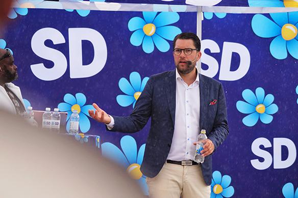 Regnet kan inte stoppa Jimmie Åkesson som här håller tal i Vänersborg inför stor publik den 25 augusti 2018. Foto: Peter Ahlborg