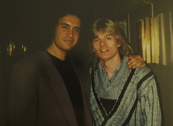 """Peter Ahlborg träffar Gene Simmons på Sheraton Hotell i Stockholm på Kiss presskonferens, den 18 september 1988. """"Mötet med Gene Simmons förändrade mitt liv. Efter det visste jag att jag kunde bli allt i mitt liv"""", säger Peter Ahlborg. Foto: Privat"""