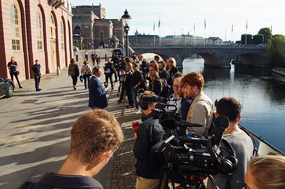 Ett stort massmedialt uppbåd står och väntar utanför Stefan Löfvens våning, Sagerska palatset, på valdagen den 9 september 2018 när Statsminister Stefan Löfven ska gå och rösta. Foto: Peter Ahlborg