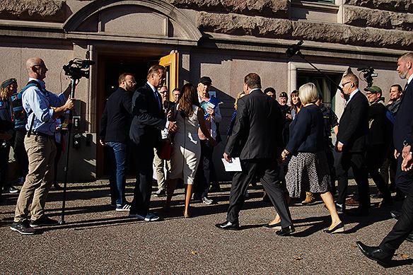 Stefan Löfven och frun Ulla anländer till vallokalen i Riksdagshuset. Foto: Peter Ahlborg