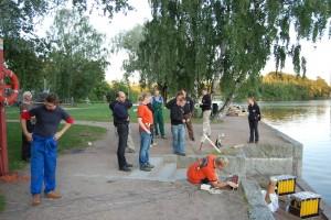 Yksi tekee työt Vantaanjoen rannalla, muut katsoo