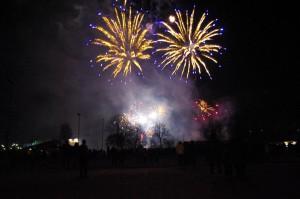 Siniset Cycas-pommit Kirkkonummen uudenvuodenillan taivaalla (copyright verkkojulkaisu Viisykkönen)