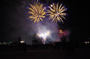 Blå cycaser över Kyrkslätt på nyårskvällen (coyright Verkkojulkaisu Viisykkönen)