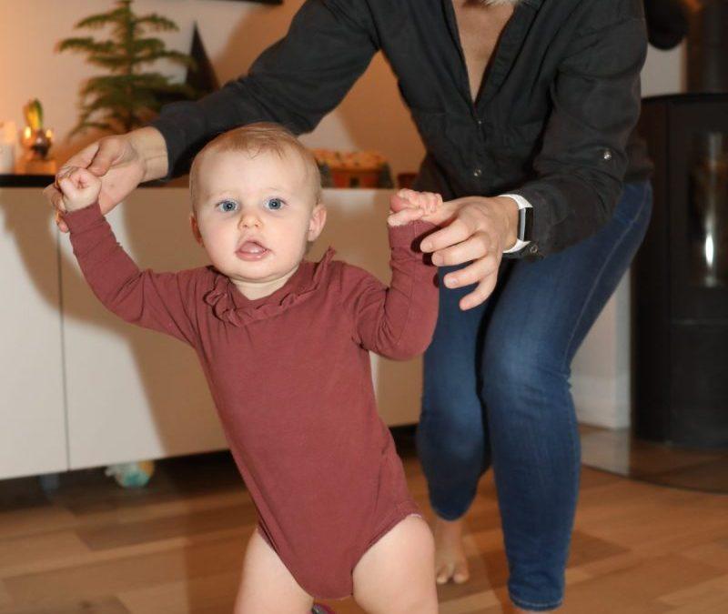 Hvorfor går noen barn med beina vendt innover?