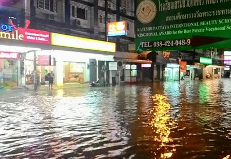 パタヤ大洪水で大通りも冠水
