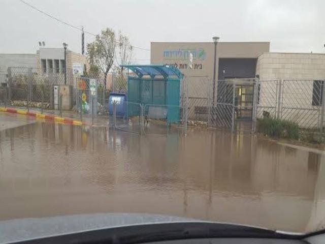 הצפה מול בית הספר ברמת רזים.